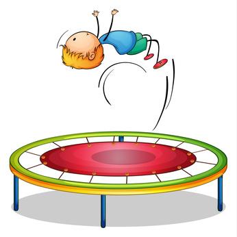Junge macht Salto auf Kindertrampolin